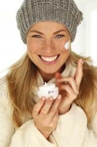 Warm eingepackt und perfekt gecremt - so trotzt man der herbstlichen und winterlichen Kälte wirkungsvoll. Foto: djd/frei