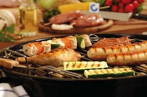 Abwechslung: Wer fürs nächste Grillfest einkaufen geht, sollte auch Zucchini, Champignons und Co. wählen. (Foto: qs-live.de)