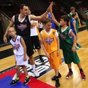 """Bei der """"kinder+Sport Basketball Academy"""" sind alle Kinder und Jugendlichen zwischen 7 und 15 Jahren willkommen, die den Basketball-Sport erlernen oder ihre Basketballfähigkeiten weiter verbessern wollen. Foto: djd/kinder+Sport"""