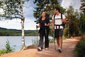 Auch beim Walken kommt man leicht ins Schwitzen und verliert dabei wertvolle Mineralstoffe. Foto: djd/panthermedia.net