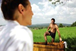 Um den Rücken schnell wieder fit zu machen, sind Naturmooranwendungen ideal. Foto: djd/Staatsbad und Touristik Bad Bocklet/Bayer. Heilbäderverband
