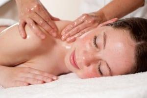 Wohltuende Massagen entspannen und regen Durchblutung und Lymphfluss an. Foto: djd/Nordseeheilbad Esens-Bensersiel
