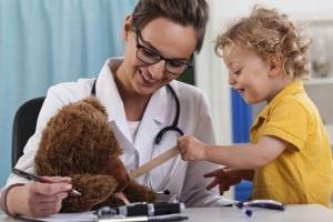 """Spielerisch laufen die Vorsorgeuntersuchungen oft bei kleinen Kindern ab - da darf auch mal der Teddy """"Aaah"""" sagen. Foto: djd/IKK classic/thx"""