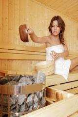Entspannen in der eigenen Sauna: Bei Duftölen sollten Verbraucher auf rein natürliche Bestandteile achten. Foto: djd/Aqua-Whirlpools/thx
