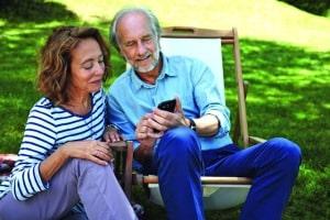 Das Smartphone als Alleskönner - auf seine vielen nützlichen Dienste möchten heute auch Senioren nicht verzichten. Foto: djd/www.telekom.de