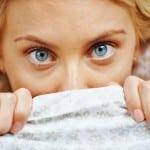 Bloß niemanden sehen! Bei einem Herpes-Ausbruch möchten sich gerade Frauen am liebsten unter der Decke verkriechen. Foto: djd/Lyranda/istock.com - kupicoo