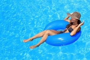 So schön das Planschen im Pool auch ist - nasse Badesachen kühlen den Unterleib aus und sollten anschließend sofort gewechselt werden. Foto: djd/Cystorenal-Forschung/Fotolia-Netfalls