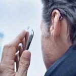 Über eine Bluetooth-Schnittstelle lässt sich jedes Mobiltelefon mit dem Hörgerät verbinden. Foto: djd/Phonak