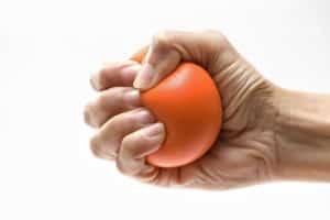 Kalte, taube oder kribbelnde Finger können ein erstes Zeichen für Durchblutungsstörungen sein. Foto: djd/Telcor Arginin-Forschung/Fotolia-tatomm