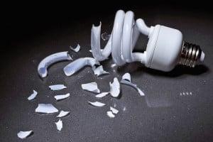 Geht eine Energiesparlampe zu Bruch, ist Vorsicht geboten - es kann gesundheitsschädliches Quecksilber austreten. Foto: djd/ www.BGETEM.de/thx