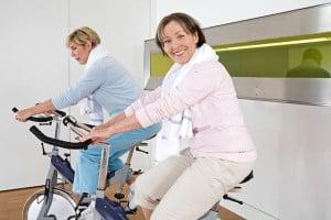 Das Indoor-Training auf dem Fahrradergometer hält auch in der kalten Jahreszeit fit. Foto: djd/Biolectra Magnesium/ImageSource