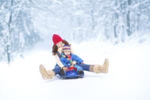 Unbeschwerter Spaß im Schnee - gerade Kinderhaut sollte bei Kälte durch spezielle Pflege geschützt sein. Foto: djd/Paedi Protect GmbH/Thinkstock