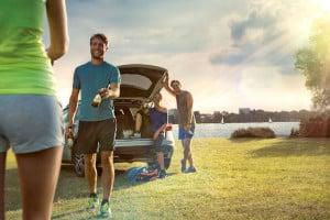 Sportlich Aktive sollten stets genügend Flüssigkeit zu sich nehmen. Nach dem Training kann beispielsweise ein alkoholfreies Bier eine aromareiche Erfrischung sein. Foto: djd/Bitburger