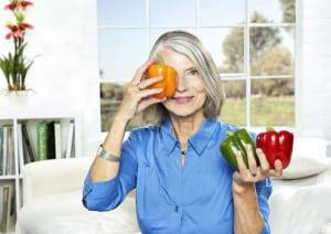 Das Auge isst mit: Eine gesunde Ernährung kann zur normalen Augengesundheit beitragen. Foto: djd/www.orthomol.de