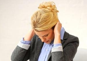 Gegen hämmernde Kopfschmerzen kann man vorbeugend und akut aktiv werden. Foto: djd/Thomapyrin