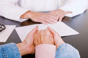 Bei der Patientenverfügung geht es um Entscheidungen darüber, welche lebenserhaltenden Behandlungen gewünscht werden und ob schmerzlindernde Maßnahmen durchgeführt werden sollen - auch wenn diese das Leben verkürzen können. Foto: djd/www.smartlaw.de/skay Bence - fotolia.com