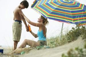 Kinderhaut braucht besonders intensiven Schutz. Hautärzte empfehlen Cremes mit Faktor 30 bis 50. Foto: djd/IKK classic/thx