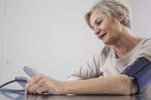 Eine regelmäßige Kontrolle des Blutdrucks ist für Diabetiker besonders wichtig. Diese ist auch zu Hause per Selbstmessung möglich. Foto: djd/Telcor-Forschung/ASK-Fotografie-Fotolia