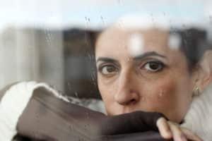 Wer nur noch traurig und erschöpft ist, sollte rechtzeitig Hilfe suchen. Foto: djd/deprexis24.de/thx