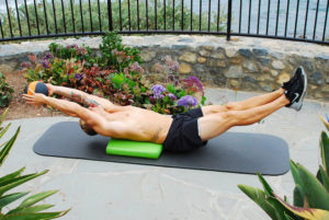 Wer beim Trainieren optimalen Halt haben und für Übungen im Liegen bestens ausgestattet sein möchte, verwendet eine Airex Matte als Unterlage. (Foto: epr/Airex AG)