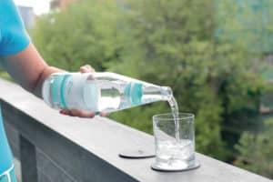 Qualitätsmerkmal beim Mineralwasserkauf sind Sauerstoffgehalt und pH-Wert. Foto: Plose Quelle AG/akz-o