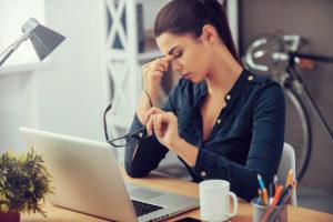 Termindruck, ständige Erreichbarkeit und die Beschleunigung des Alltags durch Soziale Medien können in Stress ausarten.