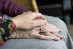 So wenig direkten Kontakt wie möglich gilt in diesen Tagen für alle die jemanden zur Pflege betreuen.
