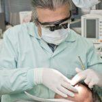 Zahnimplantate sind nicht gerade billig. Die Kosten werden nicht zu 100% von der Krankenkasse übernommen.