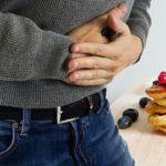Sodbrennen tritt häufig nach dem Genuss von scharfen, fett- und zuckerhaltigen Speisen auf.